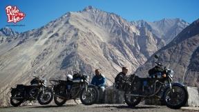 admiring-the-himalayan-peaks
